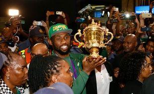 Le capitaine Siya Kolisi porte le trophée à l'arrivée des Springboks à l'aéroport de Johannesbourg, le 5 novembre 2019.