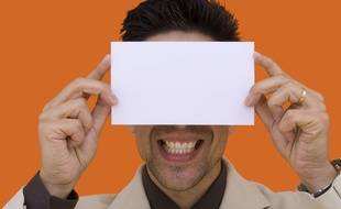 Un cadre se cachant derrière son enveloppe de carte de voeux