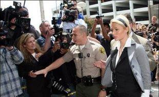 L'héritière Paris Hilton, l'une des femmes les plus photographiées au monde, va passer une partie de l'été sous les verrous, un juge de Los Angeles l'ayant condamnée vendredi à 45 jours de prison pour avoir violé les termes d'une mise à l'épreuve en conduisant sans permis.