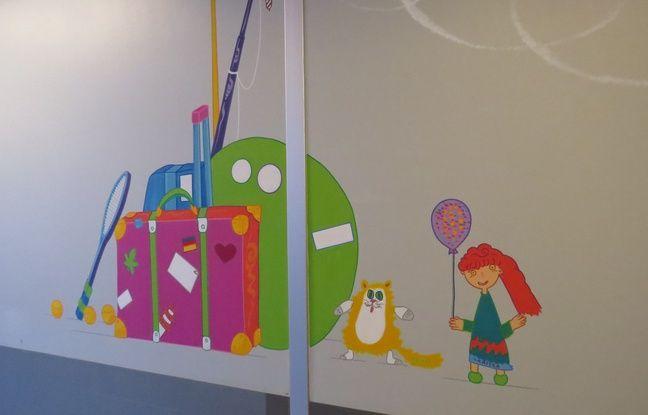 Sur cette fresque, juste avant la porte de sortie du service pédiatrique, la jeune Larissa a pu peindre un doudou.