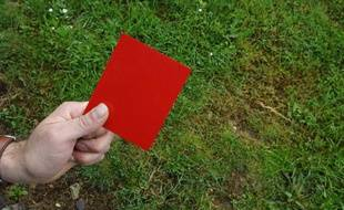 Un carton rouge.