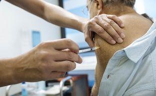 Illustration d'un patient recevant le vaccin de Pfizer-BioNTech à l'Hotel-Dieu, à Paris, le 2 janvier 2021.