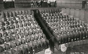 Détenus dans les box de la chapelle cellulaire de la Petite Roquette à Paris en 1930.