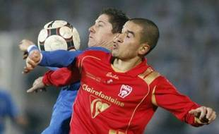 AS Nancy's Jean Calve (R) and Lech Poznan's Robert Lewandowski fight for the ball during their UEFA Cup soccer match in Poznan November 6, 2008. REUTERS/Kacper Pempel (POLAND)