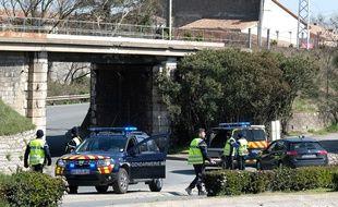 Trèbes, le 23 mars 2018. - Des gendarmes bloquent l'accès à Trèbes (Aude) après une prise d'otages dans un supermarché.