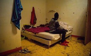 Un migrant dans un squat à Marseille.