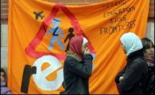 """Les autorités françaises menacent d'expulser des élèves étrangers clandestins à la fin de l'année scolaire, mais des parents, des professeurs et des militants de gauche se mobilisent et dénoncent une """"chasse à l'enfant"""" qui pourrait concerner des milliers de jeunes."""