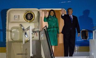 Le président des Etats-Unis Donald Trump, accompagné de son épouse Melania, lors de leur arrivée à Varsovie, en Pologne, pour débuter leur tournée européenne le 6 juillet 2017.