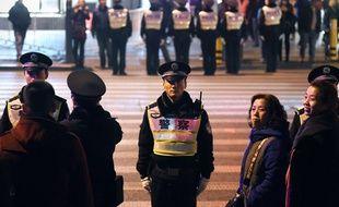 La police protège les piétons qui veulent traverser la route en 2015, dans la ville de Shanghaï.