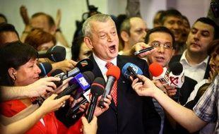 La coalition de centre-gauche au pouvoir en Roumanie, l'Union sociale-libérale (USL), est largement en tête à l'issue des élections municipales et départementales de dimanche, selon des premiers résultats officiels publiés lundi.