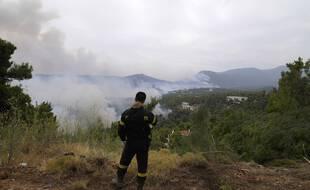 Un pompier au nord d'Athènes, en Grèce, le 6 août 2021.