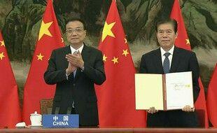 Le premier ministre et le ministre du Commerce chinois signent le nouvel accord commercial.