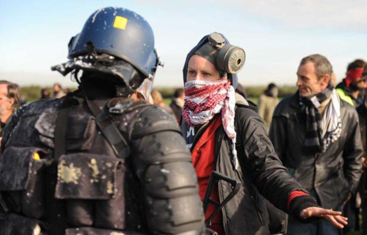 Des manifestants font face aux gendarmes, le 25 octobre 2012. ils s'oppposent à la construction d'un aéroport à Notre-Dame-des-Landes. – SALOM-GOMIS SEBASTIEN/SIPA