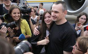 Sur le tarmac de l'aéroport, le cinéaste Oleg Sentsov a retrouvé ses proches, le 7 septembre 2019, après sa libération.