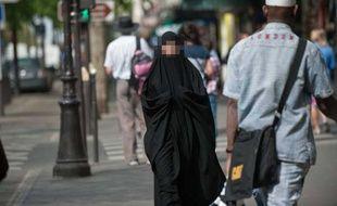 Une femme portant un niqab à Paris. Ilustration.