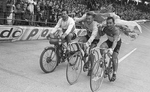 Jacques Anquetil, accompagné de jean Stablinski, en juin 1965, au Vélodrome de Bordeaux.