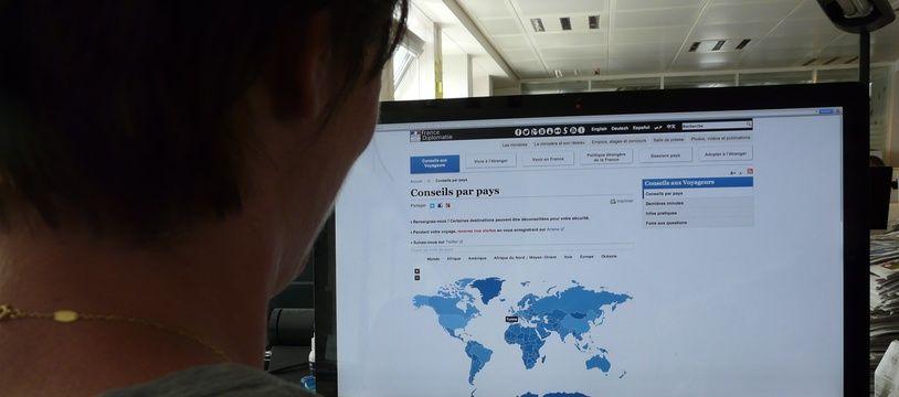Un internaute regarde le site de conseils aux voyageurs du Quai d'Orsay (archive)