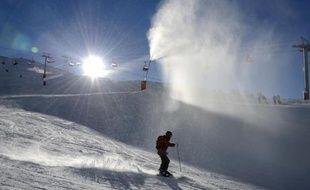 Un skieur dans la station de Val d'Isère dans les Alpes françaises le 12 decembre 2012