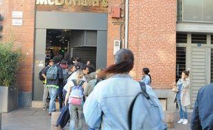 Les manifestants contre la Loi Travail s'apprêtent à occuper le McDo du Capitole, le 3 mai à Toulouse.