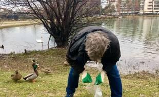 Des bénévoles ont procédé à une opération de ramassage de mégots, au bassin Jacques-Coeur, dimanche.