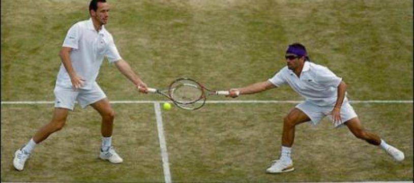 es Français Michaël Llodra et Arnaud Clément sont devenus dimanche le premier double français à s'imposer à Wimbledon depuis les Mousquetaires en 1933, en battant les jumeaux américains Bob et Myke Bryan, tenants du titre et N.1 mondiaux, 6-7 (5/7), 6-3, 6-4, 6-4.