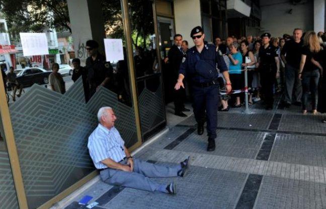 Crise grecque une collecte pour aider l 39 homme qui pleure for Porte grecque