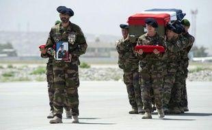 François Hollande interrompt samedi pour quelques heures ses vacances au Fort de Brégançon, le temps de présider l'hommage national qui sera rendu au 88ème soldat français mort en Afghanistan sur la place d'armes du 7e régiment de chasseurs alpins (7e BCA) de Varces, en Isère.