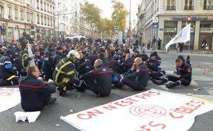 Lyon, le 6 novembre 2017. Manifestation des pompiers du Rhône à l'appel de Sud Sdis pour dénoncer la recrudescence des incivilités et des agressions à leur encontre.