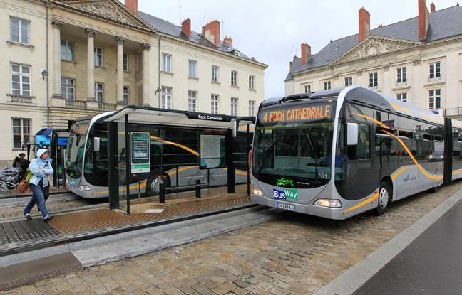 La ligne 4 de busway, ici à son terminus nord place Foch à Nantes.