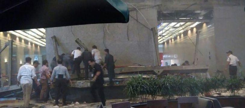 Les forces de secours cherchent d'éventuelles victimes à la bourse de Jakarta le 15 janvier 2018.