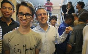 Emmanuel Macron et un militant de son mouvement