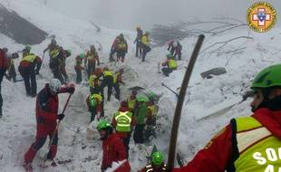Les sauveteurs italiens lors des recherches pour trouver clients et employés de l'hôtel pris dans une avalanche dans les Abruzzes.