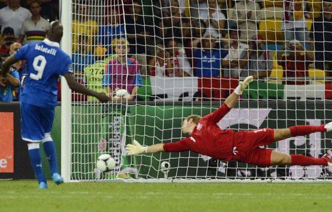MarioBalotelli marque sojn tir au but contre l'Angleterre, le 24 juin 2012, à Kiev.