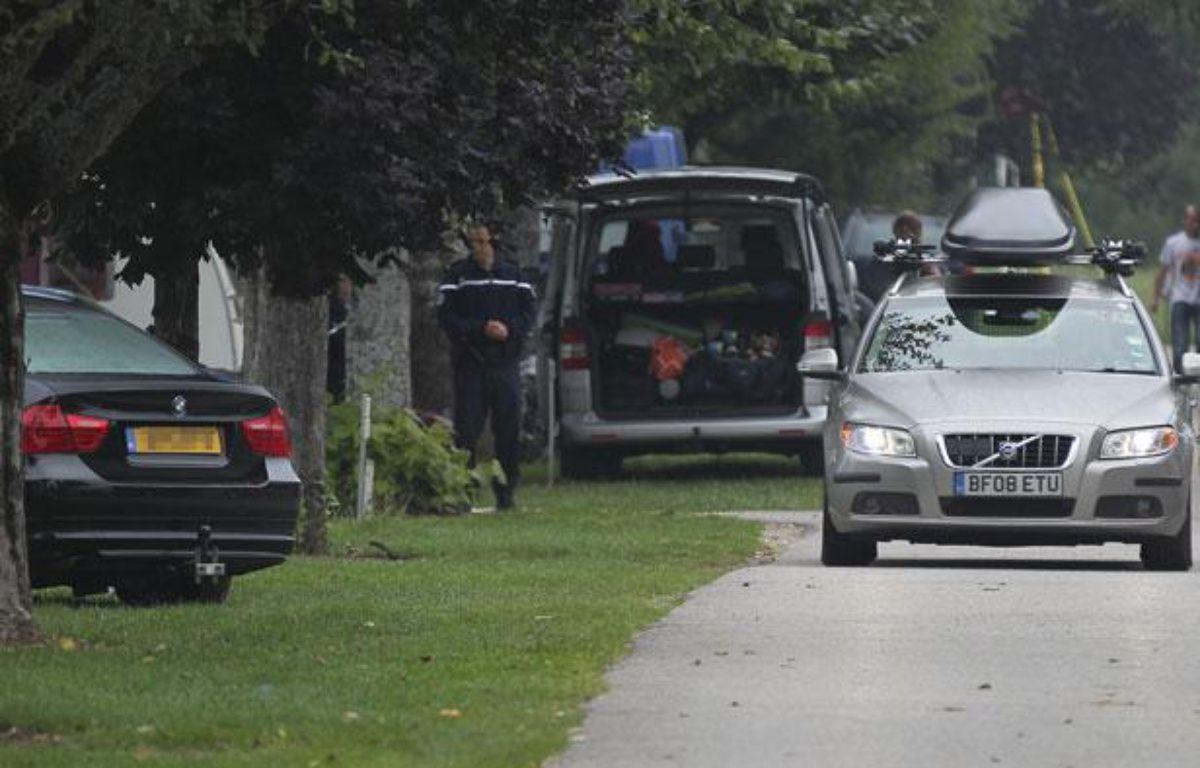 Des gendarmes postés devant la caravane qu'occupait dans un camping de Saint-Jorioz (Haute-Savoie) une famille britannique tuée par balles près de Chevaline. – Cyril VILLEMAIN / 20 MINUTES