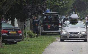 Des gendarmes postés devant la caravane qu'occupait dans un camping de Saint-Jorioz (Haute-Savoie) une famille britannique tuée par balles près de Chevaline.