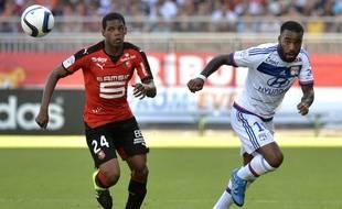 Le défenseur rennais Ludovic Baal, ici en duel avec le Lyonnais Alexandre Lacazette.