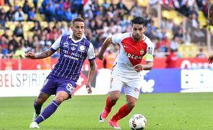 Le Toulousain Oscar Trejo face au Monégasque Radamel Falcao lors du match de Ligue 1 entre les deux équipes, le 29 avril 2017 à Monaco.
