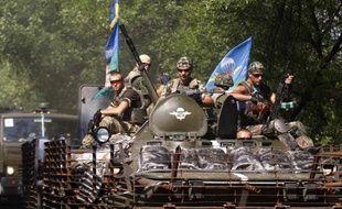 Soldats ukrainiens juchés sur un blindé à Kramatorsk, dans l'est de l'Ukraine, le 14 août 2014