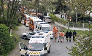 Les secours après l'effondrement d'un plancher dans un lieu de culte évangélique de Stains, en Seine-Saint-Denis, le 8 avril 2012.