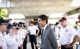 Gabriel Attal et des jeunes volontaires du SNU en juin 2019.
