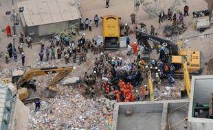 Le bilan de l'effondrement de trois immeubles dans le centre de Rio de Janeiro a été révisé à quatre morts et 22 disparus, a indiqué jeudi soir le maire de Rio Eduardo Paes, près de 24 heures après la catastrophe et des recherches ininterrompues dans une montagne de décombres.