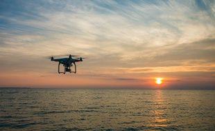 Un drone survole la mer (illustration).