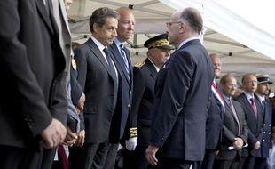 Le ministre de l'Intérieur Bernard Cazeneuve et l'ancien président Nicolas Sarkozy rendent hommage à la policière Aurélie Fouquet, le 20 mai 2015 à Villiers-sur-Marne