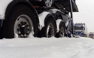 Des camions sont coincés dans la neige.