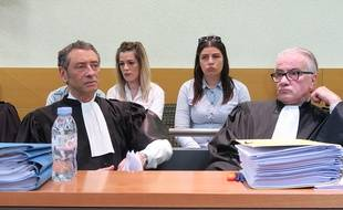 De gauche à droite, Me Philippe Soussi, Alexandra et Océane Asli, les soeurs de la victime, Me Christian Scolari