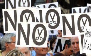 """Pour dire """"non"""" au nouveau plan de rigueur du gouvernement, à la hausse de la TVA, aux coupes budgétaires qui frappent les fonctionnaires et les chômeurs, les Espagnols sont appelés par les syndicats à descendre jeudi soir dans les rues de tout le pays."""