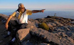 Le chasseur de trésors Ruben Collado montre le 29 avril 2010 l'endroit où a sombré dans l'estuaire du Rio de la Plata le navire anglais Lord Clive
