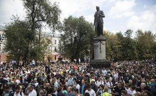 Des manifestants à côté de la statue d'Alexandre Griboyedov, le 31 août, à Moscou.