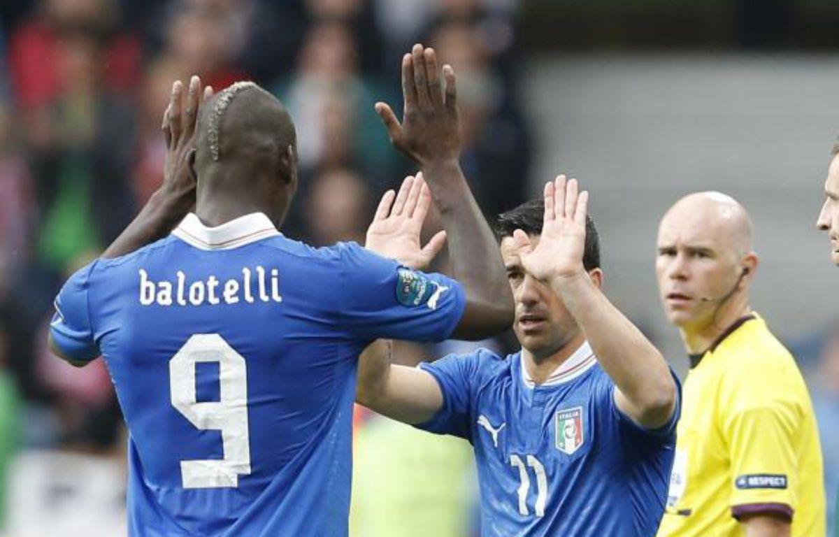 Les joueurs italiens Mario Balotelli (à g.) et Antonio Di Natale, lors du match de l'Euro contre la Croatie, le 14 juin 2012. – T.Gentile/REUTERS