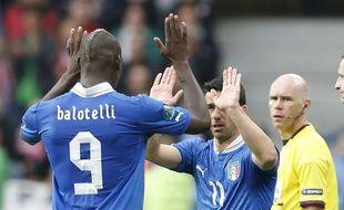 Les joueurs italiens Mario Balotelli (à g.) et Antonio Di Natale, lors du match de l'Euro contre la Croatie, le 14 juin 2012.